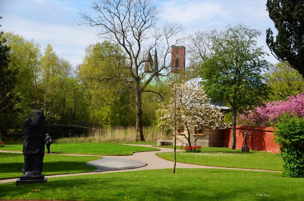 Uitzicht uit de tuin van Ribe Kunstmuseum op de Domkerk